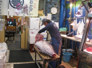 Breaking down bluefin at Tsukiji